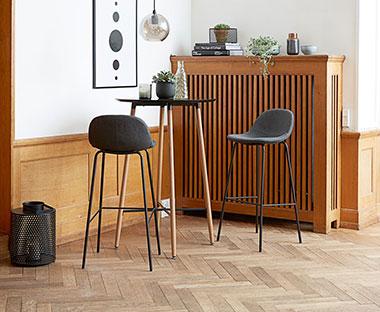 70a3e9d6ef88 Čierne barové stoličky s kovovými nohami. Stoličky pri barovom stole