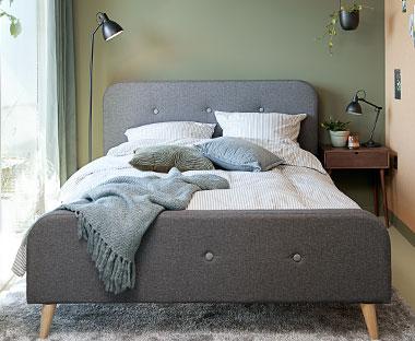 c514027f42080 Sivá čalúnená posteľ v retro štýle